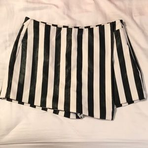 Forever21 - Black and white striped shorts- XS